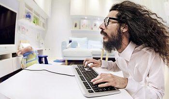 Mann erschrocken vorm Computer