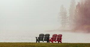 Stühle am See